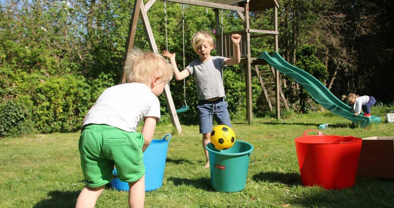 Buitenspelen met spullen van binnen: 5 leuke spelletjes voor in de tuin